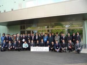 工場見学終了後、神奈川工場前にて記念撮影